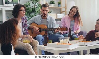 appartement, guitare, amis rire, fête, chant, jouer, heureux