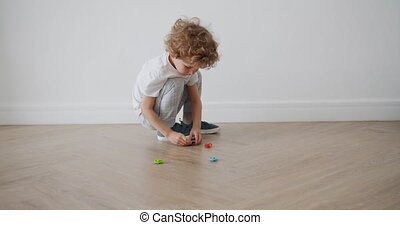 appartement, plancher, habillement, jouets, jouer, enfant, adorable, désinvolte
