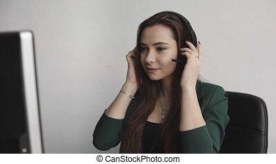 appelle, femme, consultant, casque à écouteurs, agent., opérateur, consommateur, répondre, directeur, brunette, questions., soutien, service, sourire, bureau., business, jeune, client