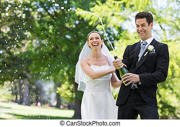 appena sposato, coppia, schioccare, sughero, di, champagne