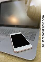 appendere, cuffie, su, laptop, con, far male, telefono, su, tavola.