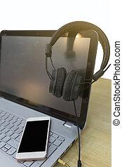 appendere, cuffie, su, uno, laptop, e, far male, telefono, è, disposto, su, il, keyboard./concept, lavoro, circa, suono