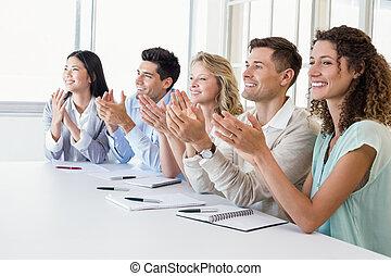 applaudir, équipe, présentation, affaires désinvoltes