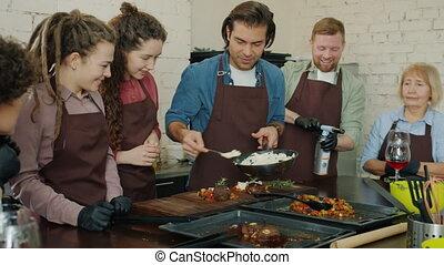 applaudir, amusement, confection, stagiaires, classe, mains, avoir, ensemble, brûler, plat, culinaire, joyeux