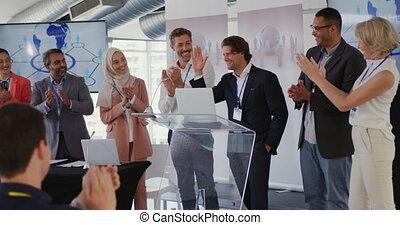applaudir, présentation, collègues affaires, mâle, orateur, audience