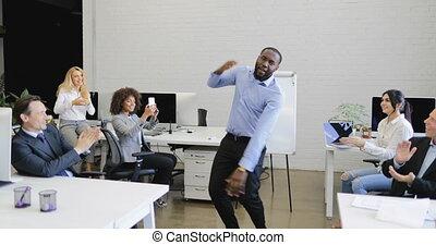 applaudissement, coupure, professionnels, coworking, danse, américain, moderne, groupe, africaine, rigolote, espace, homme affaires