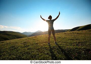 applauso, donna, aprire bracci, a, tramonto, a, parte superiore montagna
