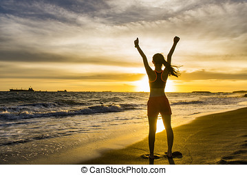 applauso, donna, aprire bracci, a, tramonto, spiaggia, spiaggia