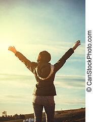 applauso, donna, escursionista, aprire bracci, a, picco montagna