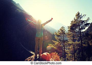 applauso, giovane, escursionista, aprire bracci, a, il, alba, a, il, himalaya, montagne