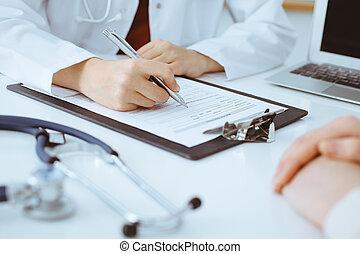 application, inconnu, woman-doctor, formulaire, médecine, concept, consultant, haut, remplissage, patient., quoique