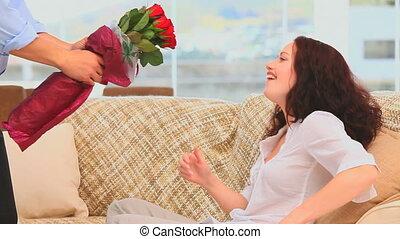 apporter, homme, tas, fleurs