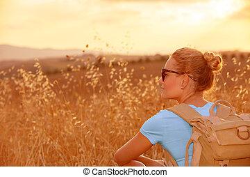 apprécier, champ blé, dans, coucher soleil