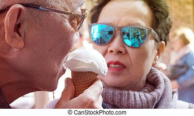 apprécier, coupler vacances, glace, asiatique, pendant, personne agee, vacances, voyage, crème
