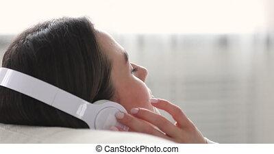 apprécier, musique, beau, écoute, earphones., favori, jeune, tranquille, femme