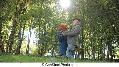 apprécier, -, passe-temps, bon, heureux, arbres, couple, lent, motion., laugh., automne, personnes agées, danse