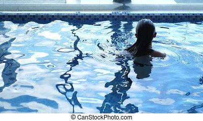 apprécier, relâcher, natation, fin, piscine, center., avoir, haut, luxe, jeune, wellness, femme