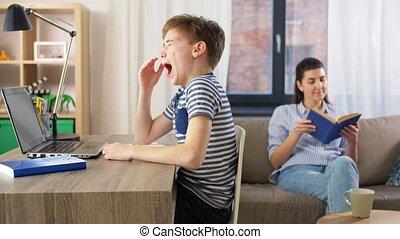 apprentissage, fatigué, garçon, étudiant, ordinateur ...