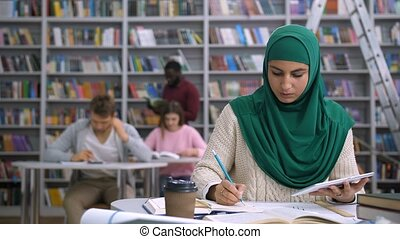apprentissage, joli, musulman, bibliothèque, étudiant féminin