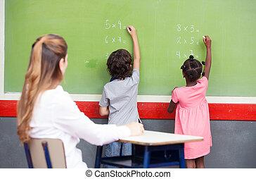apprentissage, mathématiques, à, élémentaire, school., multi ethnique, étudiants