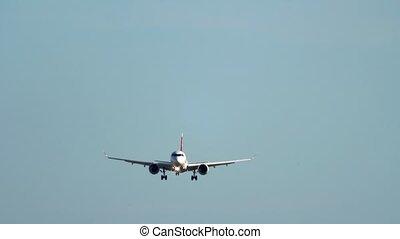 approchant, atterrissage, clair, sous, avion, piste, ciel, ...