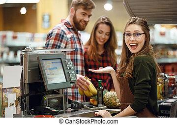 ?appy, kassier, vrouw, op, werkruimte, in, supermarkt, winkel