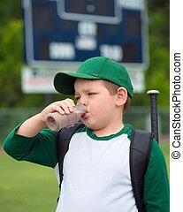 après, chocolat, joueur, jeu, base-ball, enfant, buvant lait