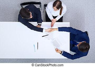après, groupe, professionnels, serrer main, séance, accord, contrat, above., fait, hommes affaires, avocat, papiers, discuter, table, vue