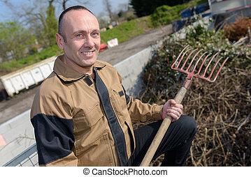 après, ramassage, homme ratisse feuilles