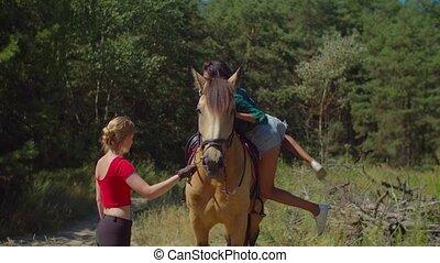 après, selle, femme, cheval tour, obtenir, fermé