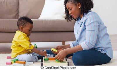 apró gátol, anya, csecsemő, otthon, játék