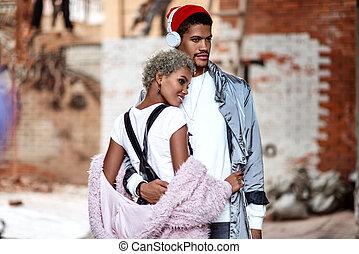 apreciar, abraços, parede, namorada, pensativo, contra, desgastes, love., confiante, time., tijolo, seu, fones, expressão, par, pose, sobressalente, junto, americano, raça, africano, misturado, elegante, macho, mulatto
