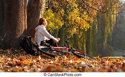 apreciar, ciclista, mulher, raios, iluminado, natureza, sol, folhas, recreação, manhã, outono, luminoso, bicicleta, levantar, senta-se, caído, relaxa