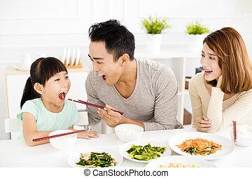 apreciar, família, seu, jovem, almoço, asiático, feliz