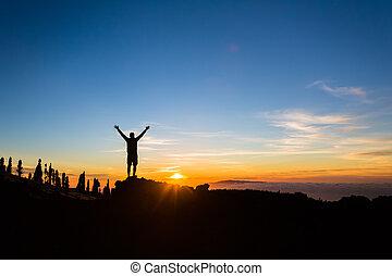 apreciar, montanhas, silueta, braços, hiker, estendido, ...