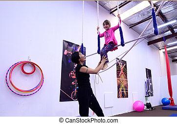 aprender, pequeno, circo, criança, instrutor, trapézio, ...
