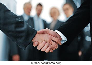 apretón de manos, delante de, empresarios