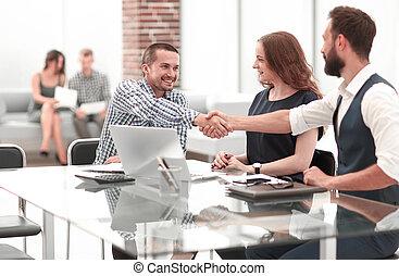 apretón de manos, empresarios, sentado, en la oficina, desk.