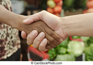 apretón de manos, mujer, trato, tradicional, norteamericano, negro, africano, township, o, mercado