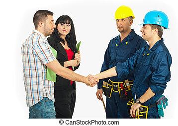 apretón de manos, pareja, con, constructor, trabajadores