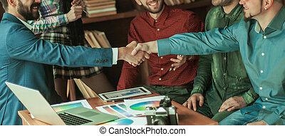 apretón de manos, socios de negocio, en, un, reunión, en, creativo, oficina