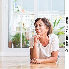 aproximadamente, pensamento mulher, pergunta, envelhecido, idéia, confundido, meio, muito, sério, rosto
