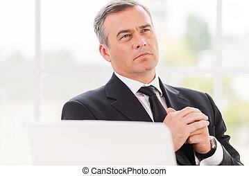aproximadamente, seu, maduras, trabalhando, sentando, pensando, afastado, negócio,  Formalwear, olhar, enquanto, lugar, segurando, mãos, homem, pensativo,  clasped
