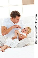 apuka, övé, együtt, fiú, jókedvű, ágy, játék