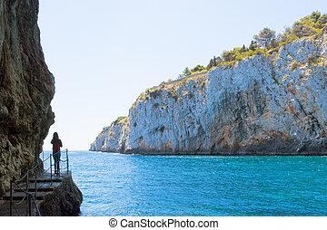 apulia, grotta, zinzulusa, -, a, junge frau, an, der, berühmt, grotte, von, zinzulusa