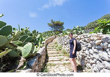 apulia, grotta, zinzulusa, -, a, junge frau, gehen aufwärts, der, treppenhaus, an, der, grotte, von, zinzulusa