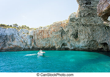 apulia, grotta, zinzulusa, -, a, motorboot, an, der, berühmt, grotte, von, zinzulusa