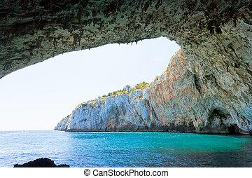 apulia, grotta, zinzulusa, -, stehende , unter, der, eindrucksvoll, höhle, bogen, an, der, grotte, von, zinzulusa