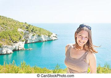 apulia, italien, -, porträt, von, a, lächelnde frau, an, grotta, della, campana, piccola