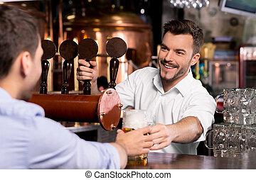aquí, es, su, beer., alegre, joven, barman, dar, un, jarra,...